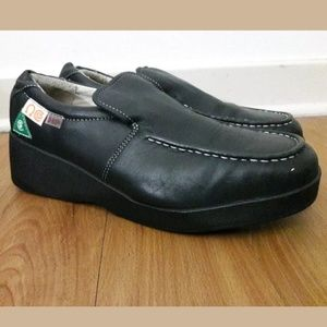 HUSH PUPPIES Size 9 Slip on Black Leather Shoes